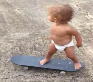 【衝撃的映像!】おむつの赤ちゃんがスケートボードで将来有望!
