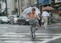 ママ友の家からの帰り道、大雨で傘差し自転車運転、子供が車道に倒れて!?