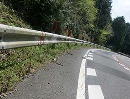 高齢者が軽自動車を運転中、路肩に乗り上げてタイヤホイールが・・・
